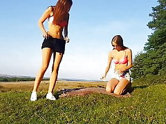 Zwei geile Teenagers outdoor